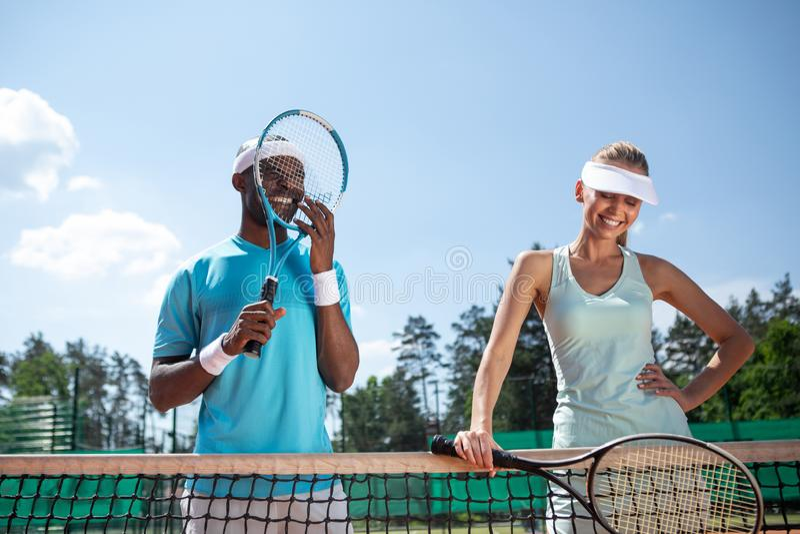 L'uomo e la donna allegri stanno divertendo durante il gioco di sport immagine stock libera da diritti