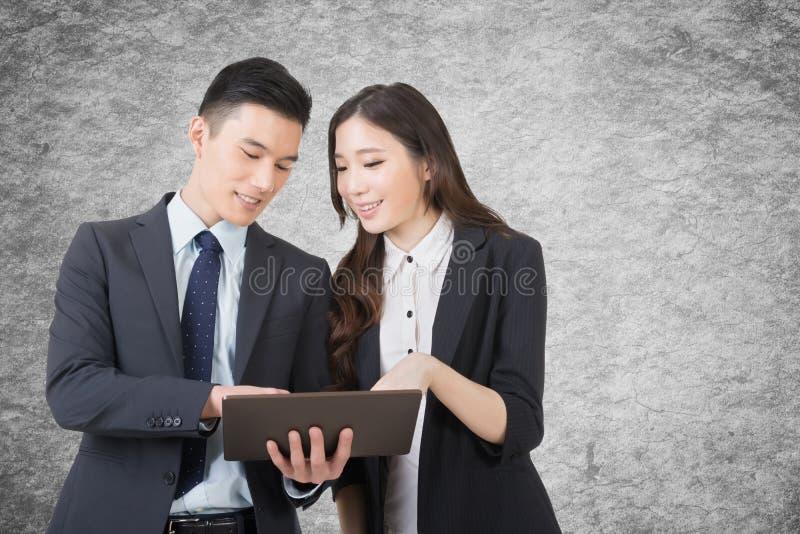 L'uomo e la donna di affari discutono fotografia stock libera da diritti