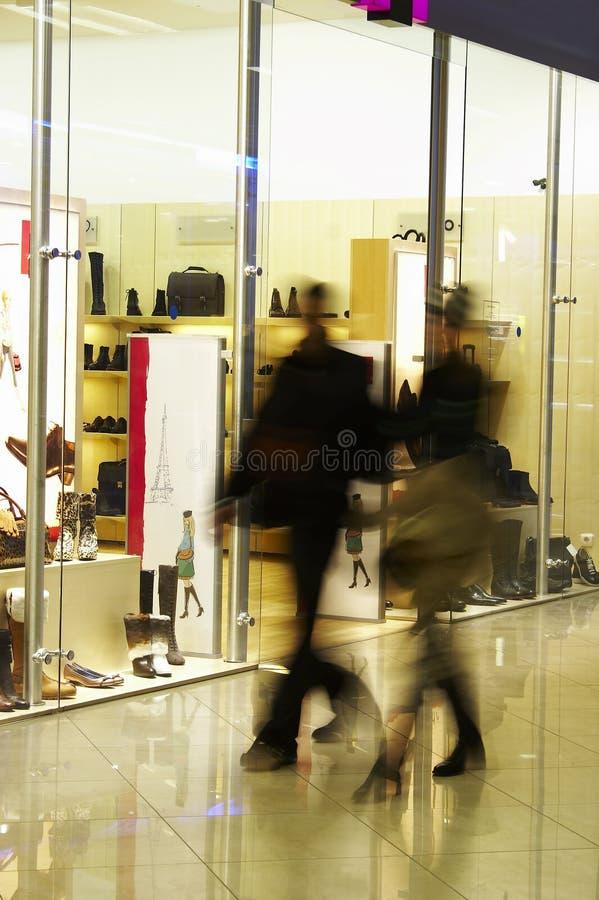 L'uomo e la donna fanno gli acquisti immagini stock