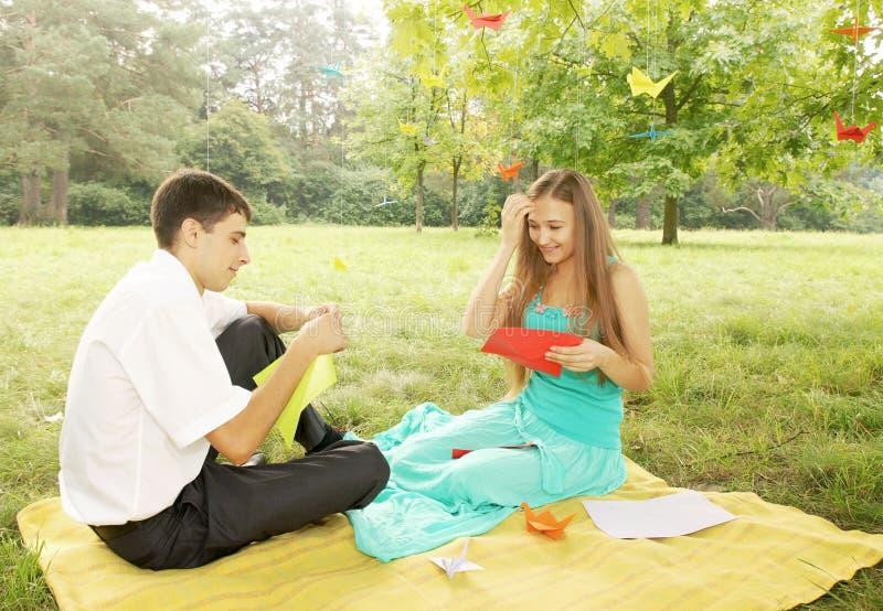 L'uomo e la donna fanno gli origami fotografia stock libera da diritti