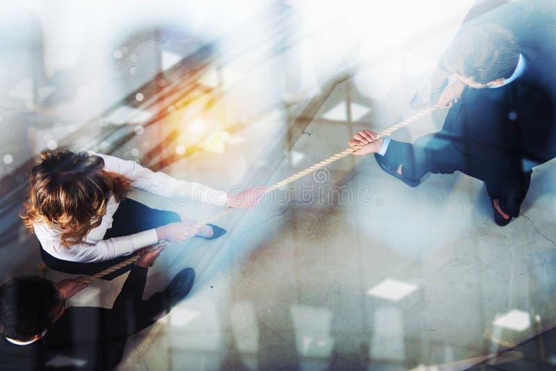 L'uomo e la donna rivali di affari competono per il comando tirando la corda Effetto di doppia esposizione fotografie stock libere da diritti