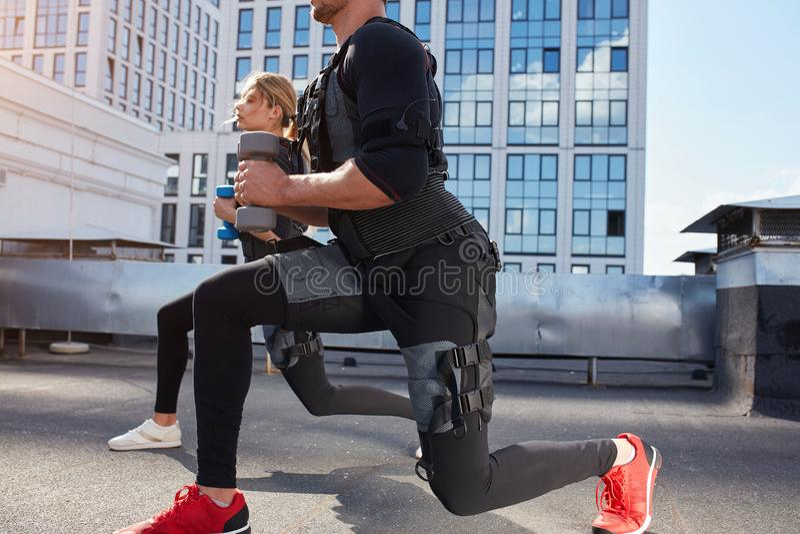 L'uomo e la donna sportivi sta utilizzando la macchina di SME fotografie stock libere da diritti