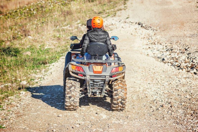 L'uomo e la donna sull'ATV Quad Bike fotografia stock