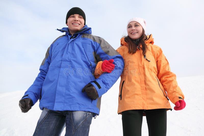 L'uomo e la ragazza nello sport copre la condizione e sorridere fotografie stock