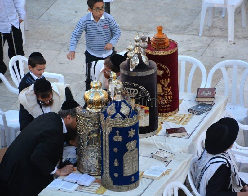 L'uomo ebreo celebra Simchat Torah immagini stock