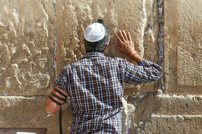 L'uomo ebreo ortodosso prega alla parete occidentale immagini stock