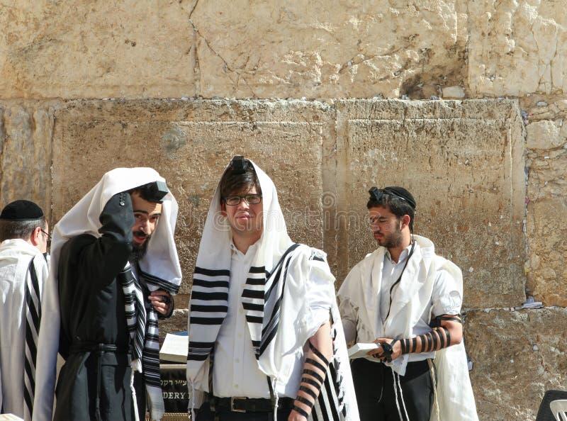 L'uomo ebreo ortodosso prega alla parete occidentale immagine stock