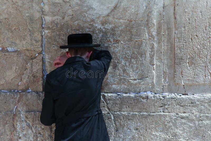 L'uomo ebreo ortodosso prega alla parete occidentale fotografie stock libere da diritti