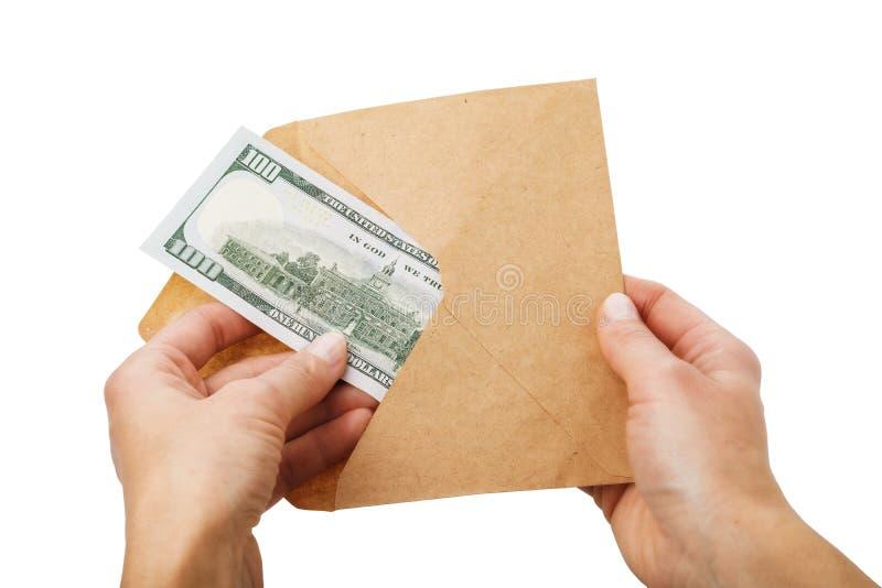 L'uomo elimina cento dollari da una busta, concetto isolata su fondo bianco immagini stock
