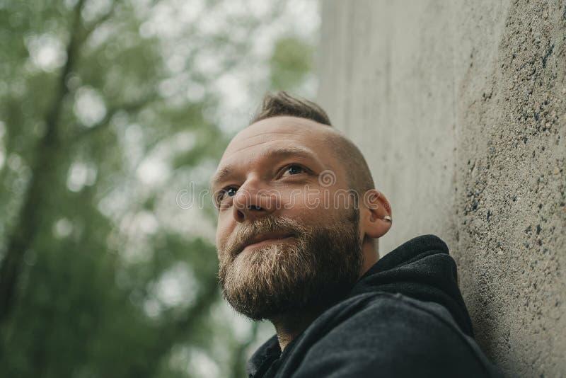 L'uomo esamina la distanza ed i sorrisi fotografia stock libera da diritti