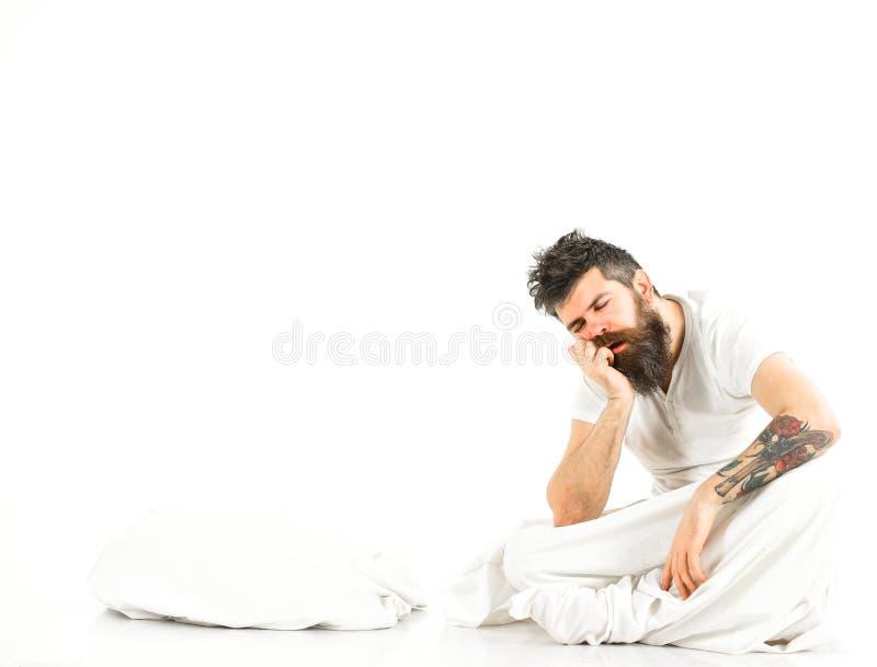 L'uomo esaurito, bisogni si rilassa, riposa, fa un sonnellino, copia lo spazio fotografia stock libera da diritti