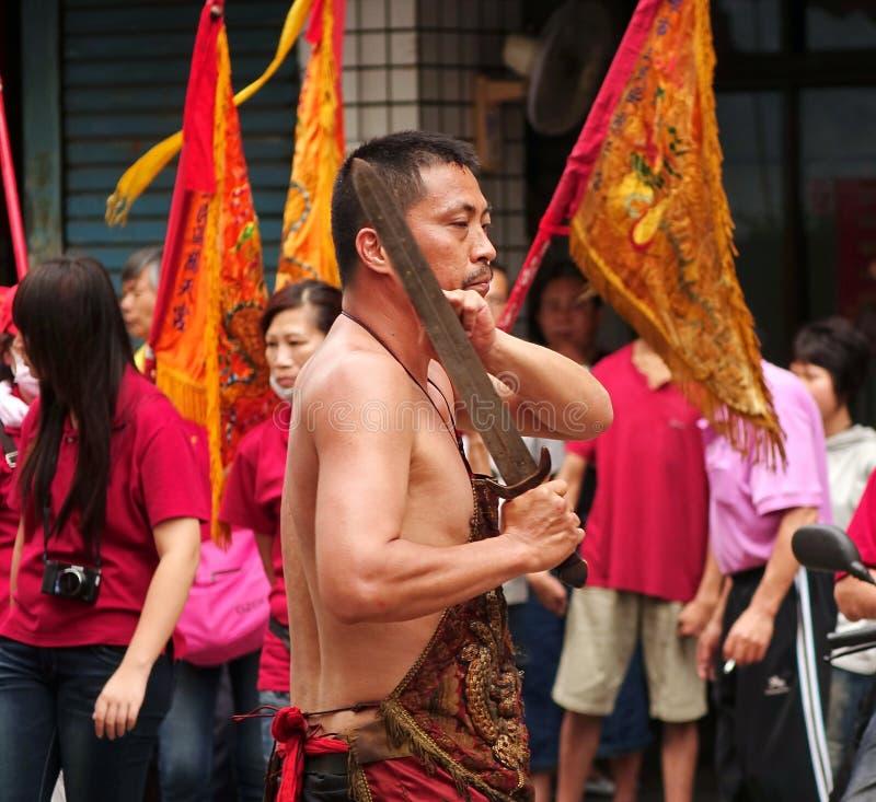 L'uomo esegue un ballo di spada rituale immagine stock libera da diritti