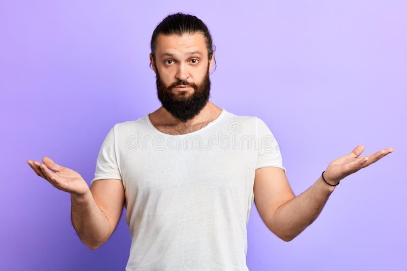 L'uomo esitato non conosce che cosa dire Indosso il `t so fotografia stock libera da diritti