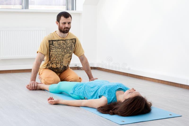 L'uomo fa i massaggi della donna immagine stock libera da diritti