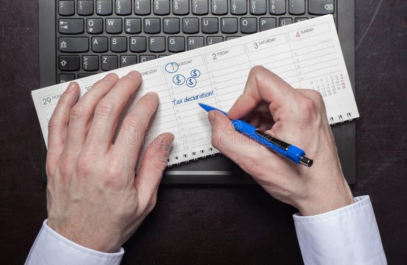 L'uomo fa la dichiarazione di diritto di entrata del calendario immagini stock
