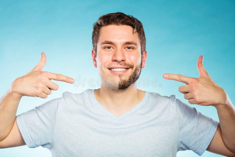 L'uomo felice con la metà ha raso i capelli della barba del fronte fotografia stock