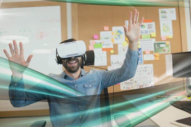 L'uomo felice in cuffia avricolare di VR che guarda alle luci verde collega immagine stock