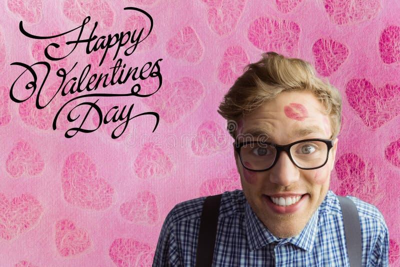 L'uomo felice del nerd con il segno del rossetto ed il giorno di biglietti di S. Valentino mandano un sms a royalty illustrazione gratis