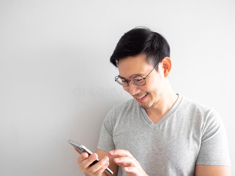 L'uomo felice usa lo smartphone Concetto di utilizzare i social media fotografie stock libere da diritti
