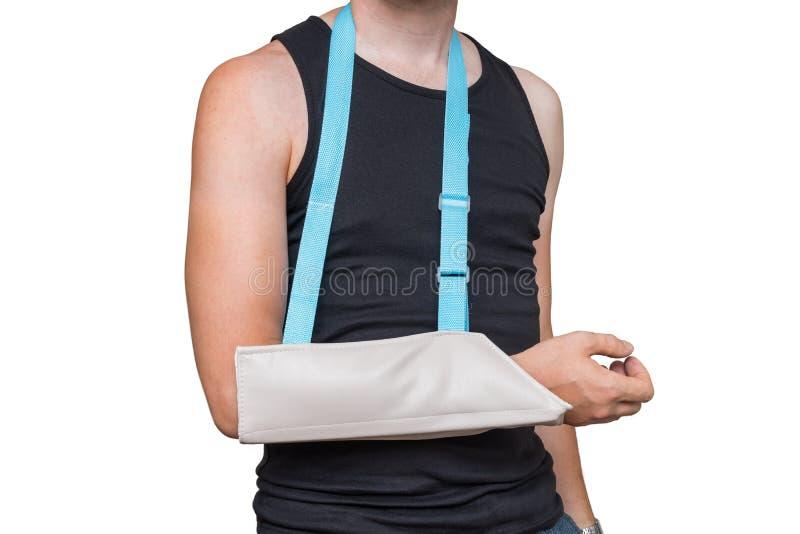 L'uomo ferito sta indossando l'imbracatura medica sul suo braccio Isolato su priorità bassa bianca immagine stock libera da diritti