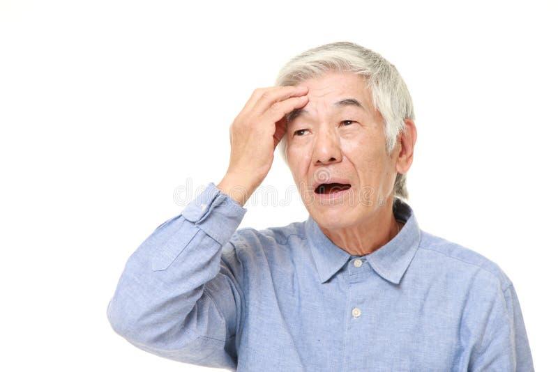 L'uomo giapponese senior ha perso la sua memoria fotografia stock