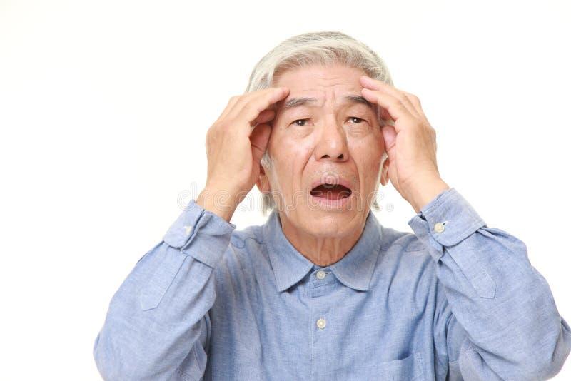 L'uomo giapponese senior ha perso la sua memoria immagini stock libere da diritti