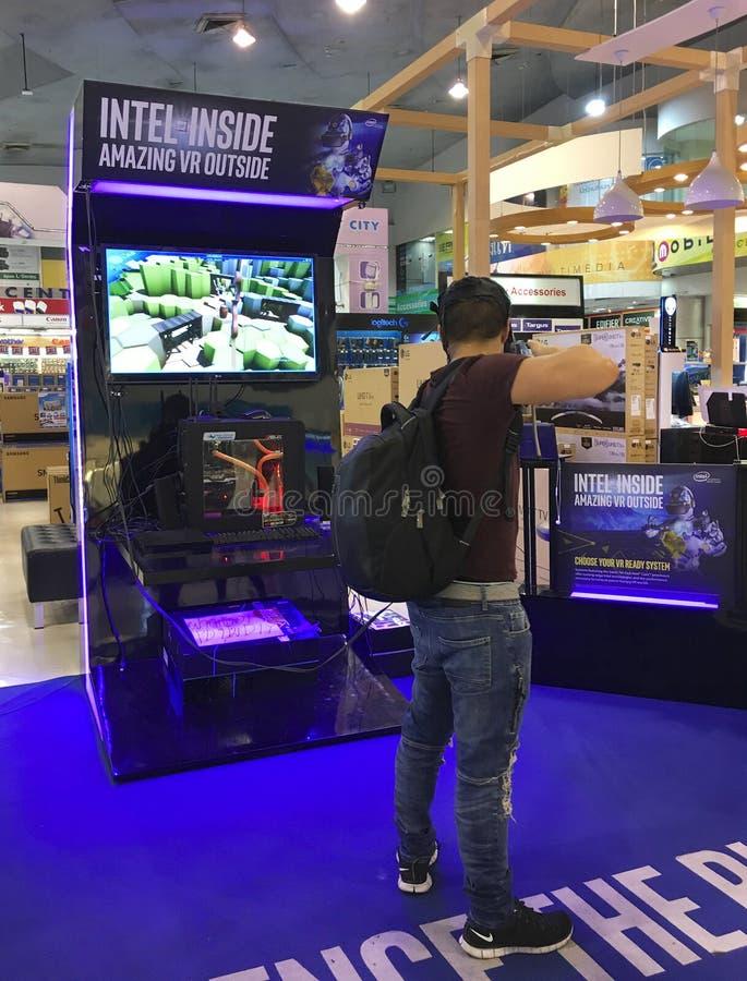 L'uomo gioca il gioco di tiro con l'arco di realtà virtuale, Bangkok fotografia stock libera da diritti