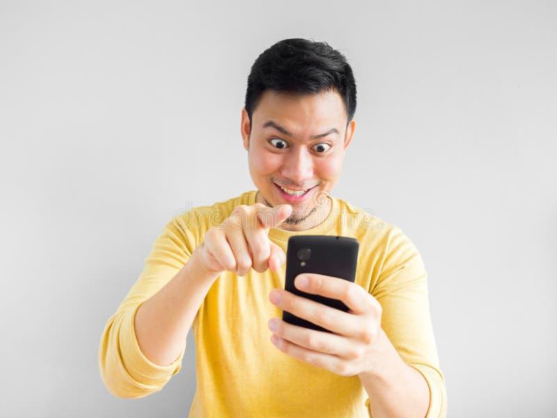 L'uomo gioca il gioco mobile immagine stock libera da diritti