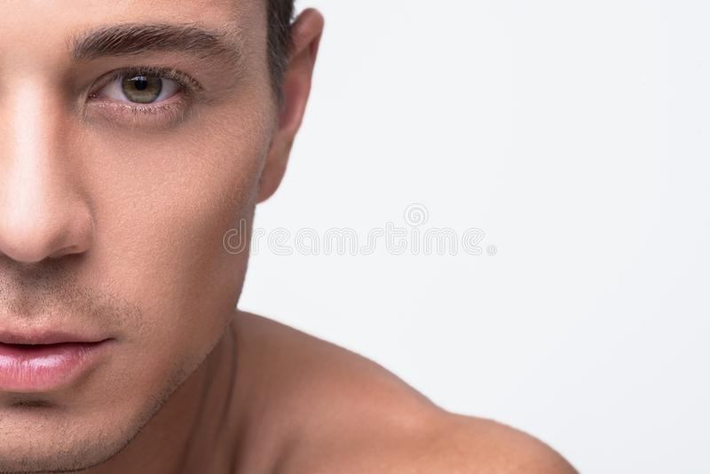L'uomo giovanile attraente sta esprimendo la fiducia fotografia stock libera da diritti