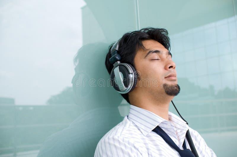 L'uomo gode di di ascoltare la musica fotografie stock