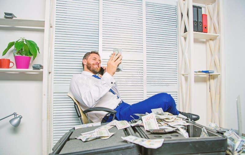 L'uomo guadagna i soldi sulla frode mobile di conversazione Estorsione dei soldi e di ricatto Concetto illegale di profitto dei s immagini stock libere da diritti