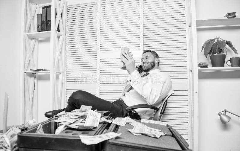 L'uomo guadagna i soldi sulla frode mobile di conversazione Estorsione dei soldi e di ricatto Concetto illegale di profitto dei s fotografie stock libere da diritti