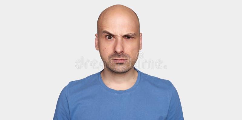 L'uomo ha alzato il suo sopracciglio Tipo calvo arrabbiato isolato fotografia stock