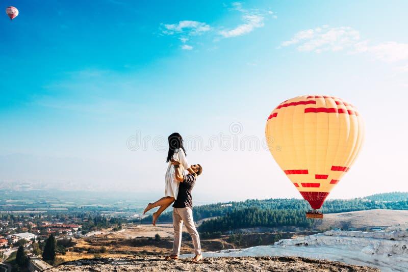 L'uomo ha alzato una donna sulle sue mani Coppie nell'amore fra i palloni Coppie nell'amore in Pamukkale Coppie in Turchia Viaggi immagine stock libera da diritti