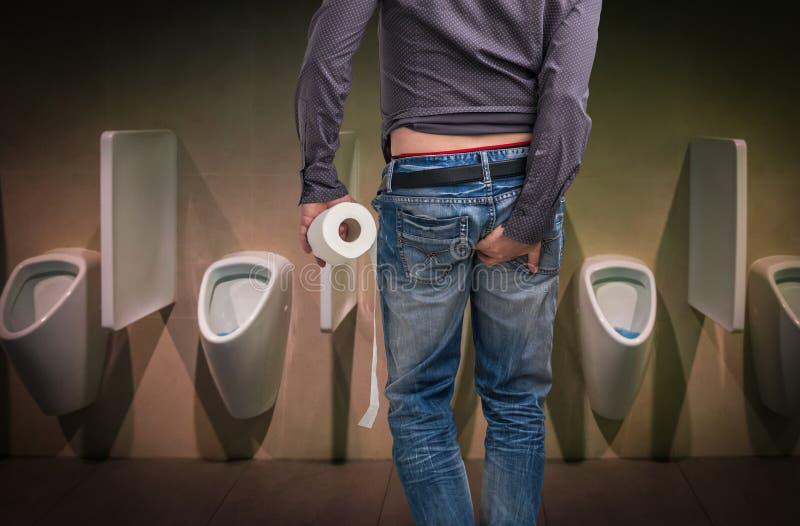 L'uomo ha diarrea Carta igienica ed estremità della tenuta dell'uomo immagini stock