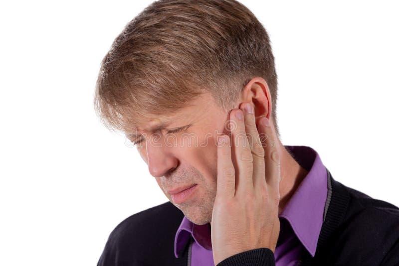 L'uomo ha un orecchio irritato Sofferenza dell'uomo dalla mal d'orecchi su fondo bianco fotografia stock