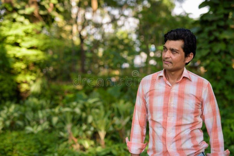 L'uomo indiano che pensa mentre esamina la distanza contro scenico rivaleggia fotografie stock