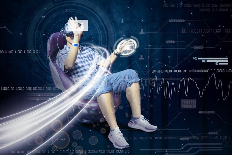 L'uomo indossa i vetri di VR ed il bottone virtuale di tocchi immagine stock