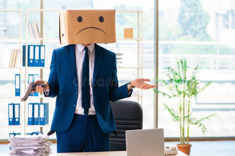 L'uomo infelice con la scatola invece della sua testa fotografia stock libera da diritti
