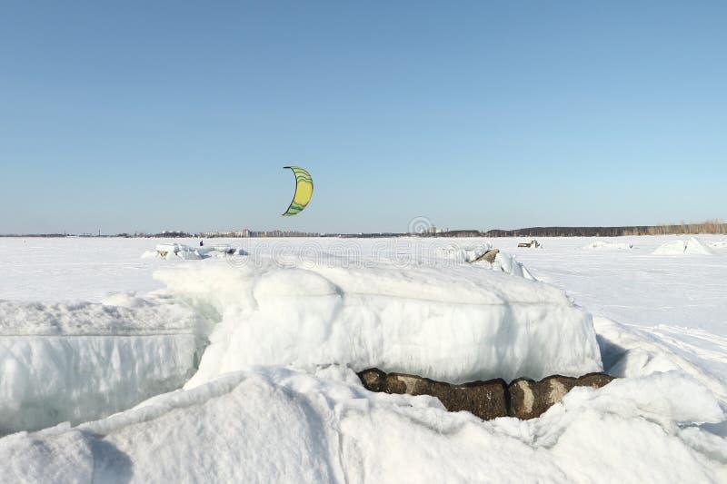 L'uomo kiting sugli sci sul fiume congelato immagini stock