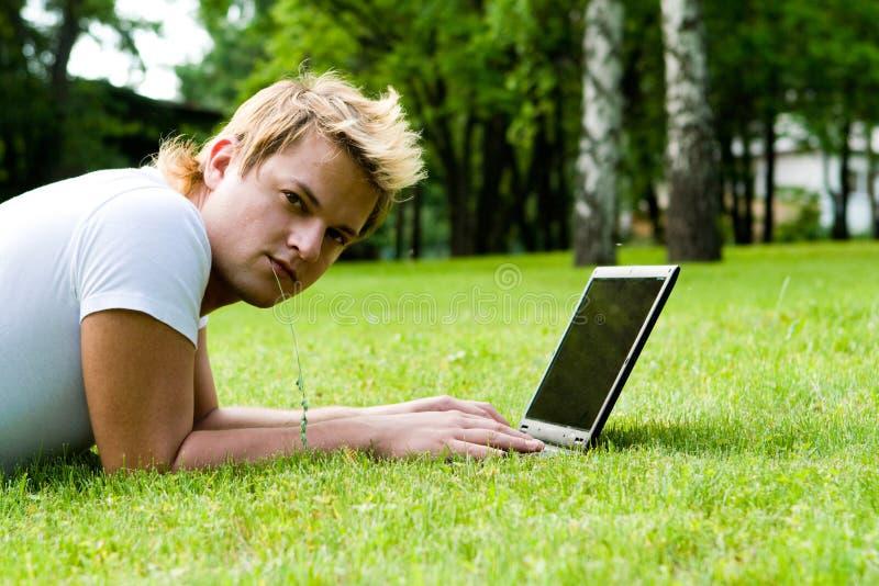 L'uomo lavora al computer portatile immagini stock libere da diritti