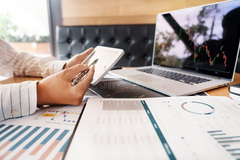 L'uomo lavorante di affari del mediatore o i commercianti che pensano ai forex sugli schermi di computer multipli del mercato azi immagine stock