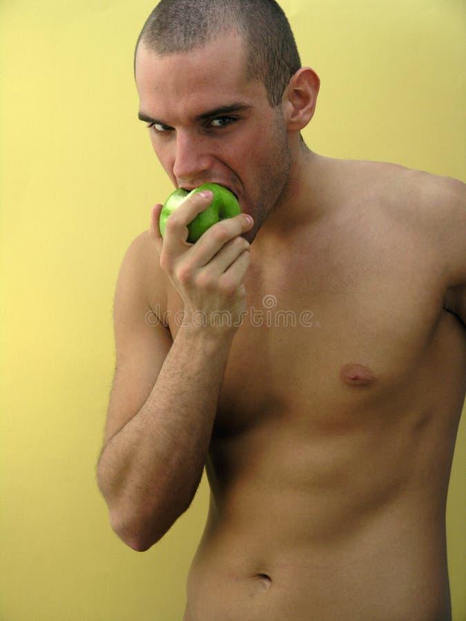 L'uomo mangia la mela fotografia stock libera da diritti