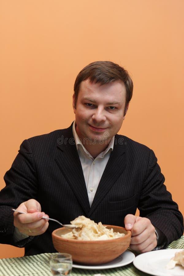 L'uomo mangia la minestra del hash fotografie stock libere da diritti