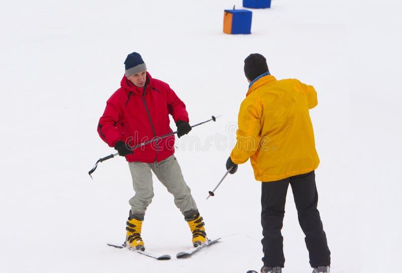L'uomo maturo impara guidare la corsa con gli sci della montagna fotografia stock libera da diritti
