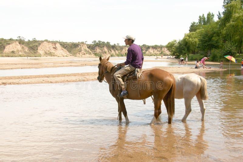L'uomo monta un cavallo al fiume di Rio de los Sauces, Nono fotografie stock libere da diritti