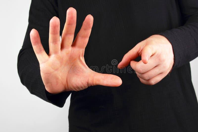L'uomo mostra i gesti di mano differenti fotografie stock libere da diritti