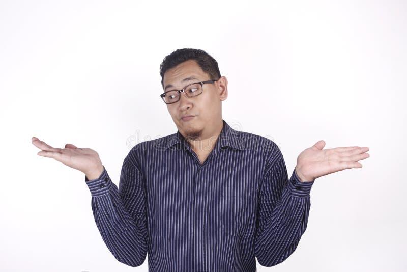 L'uomo mostra le mani vuote, palma aperta con lo spazio della copia Scelga il concetto sinistro o giusto fotografie stock