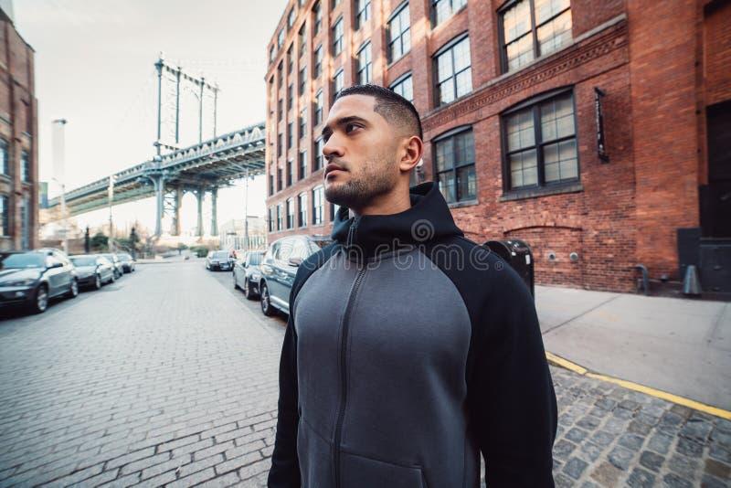 L'uomo motivato dell'atleta è pronto per l'allenamento di sport in via di New York fotografia stock