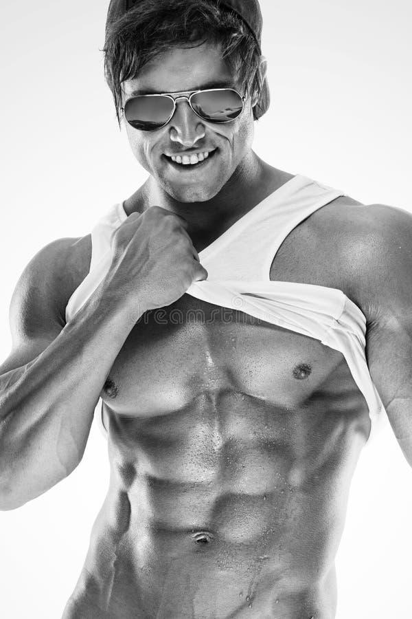 L'uomo muscolare sexy di forma fisica che mostra il sixpack muscles senza grasso fotografie stock libere da diritti